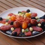 Ensalada de tomate y aceitunas deshidratadas