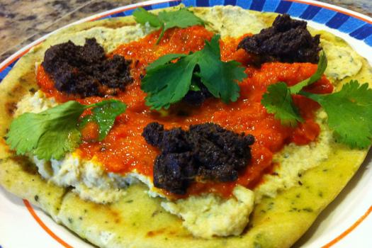 Hummus con Tapenade emplatado sobre pan naan