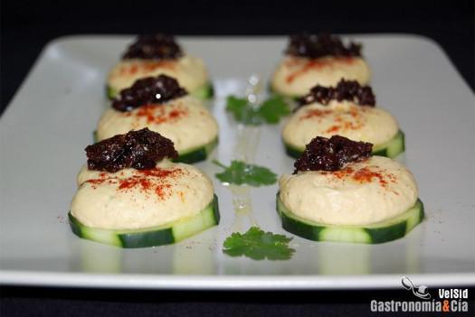 Hummus con tapenade de aceitunas deshidratadas