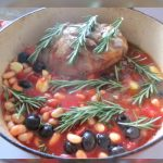 Cordero en salsa con alubias y aceitunas