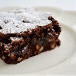 Brownies con aceitunas negras deshidratadas y piñones