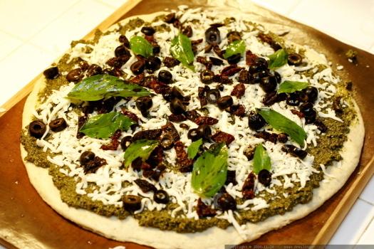 Pizza pesto con aceitunas deshidratadas