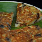 Tortilla de patatas con aceitunas deshidratadas negras