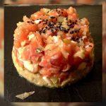 Tartar de salmón y aguacate con aceitunas deshidratadas