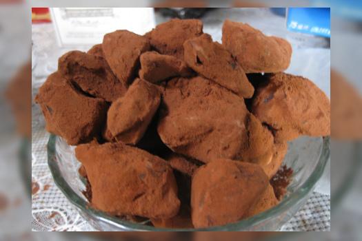 Trufas de chocolate y aceitunas deshidratadas negras