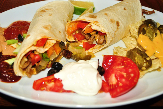 Fajitas mexicanas de carne y pollo con aceitunas deshidratadas