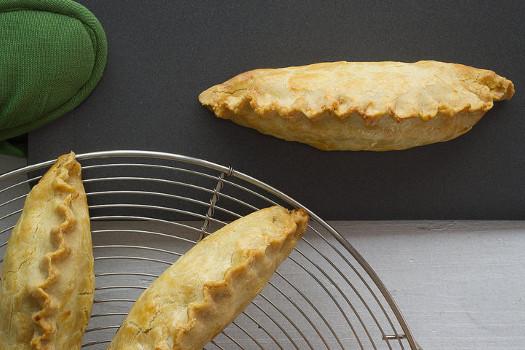 Empanadillas de patata, aceitunas deshidratadas y anchoas