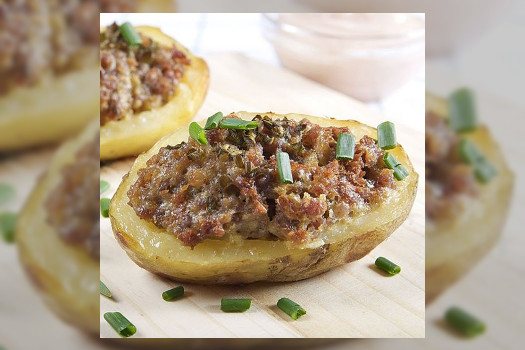Patatas rellenas de carne de cerdo, aceitunas deshidratadas y pasas