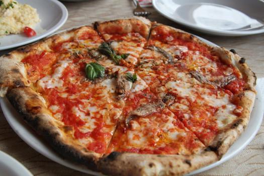 Pizza de patata, aceitunas deshidratadas y anchoas