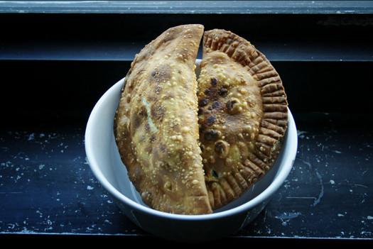 Empanadillas rellenas de aceitunas deshidratadas y berenjena