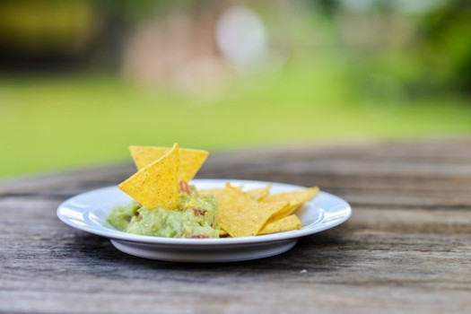 Salsa guacamole con aceitunas negras deshidratadas