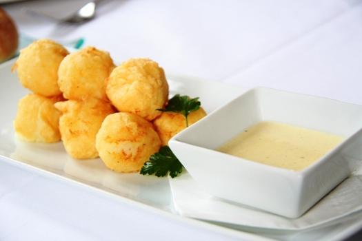 Bolitas de puré de patata con aceitunas rellenas de atún