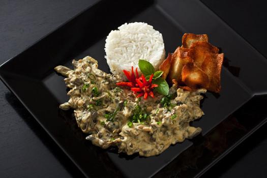 Pollo Strogonoff con aceitunas verdes acompañado de arroz