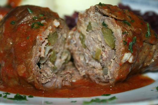 Rollo de carne de ternera relleno de aceitunas y pepinillos