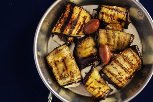 Rollitos de berenjena rellenos de tomate, mozzarella y aceitunas