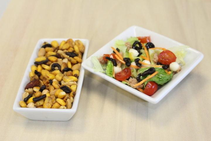 frutos secos y ensalada con aceitunas